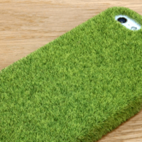 芝生の中で落としたらウォーリーを探せ状態になってしまうiPhoneケースが話題
