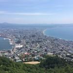 函館山ロープウェイで展望台に行ってきたので、料金、車でのアクセス、駐車場の有無、時刻表、割引きなどの情報をまとめとく