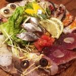 【横浜】鮮魚をツマミにサザン!ライブ会場と化した「魚とワイン はなたれ 野毛店」が最高すぎた