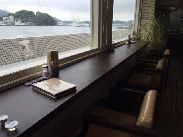 尾道の電源カフェ「フルール」の外を見渡せる席