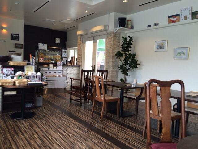 尾道の電源カフェ「フルール」のテーブル席