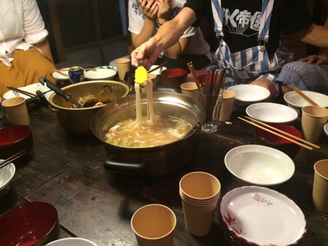 ゲストハウス「ヤドカーリ」ではスタッフとお客さんが一緒にご飯を食べる