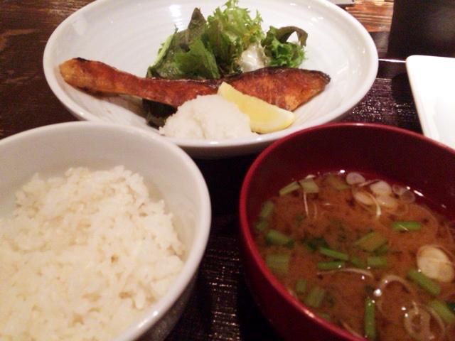 渋谷「春秋」の野菜取り放題では定食で魚も食える